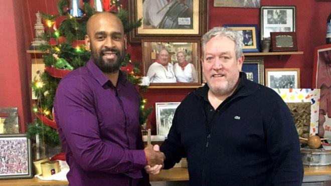 Guillermo Corzo y el presidente del club alicantino, Javier Abinzano
