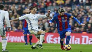 Cristiano y Messi disputan un balón.