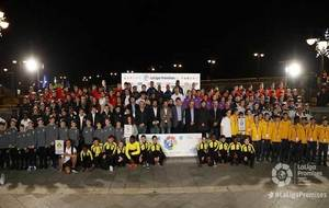 Los futbolistas del torneo posan con Javier Tebas, José Ramón de la...