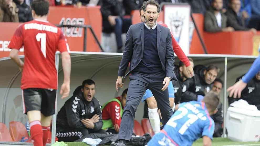 Vicente Moreno gritando a sus jugadores desde la banda de Anduva