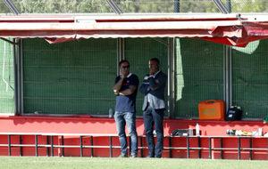 Javier Recio y Maheta Molango observan un entrenamiento del Mallorca.