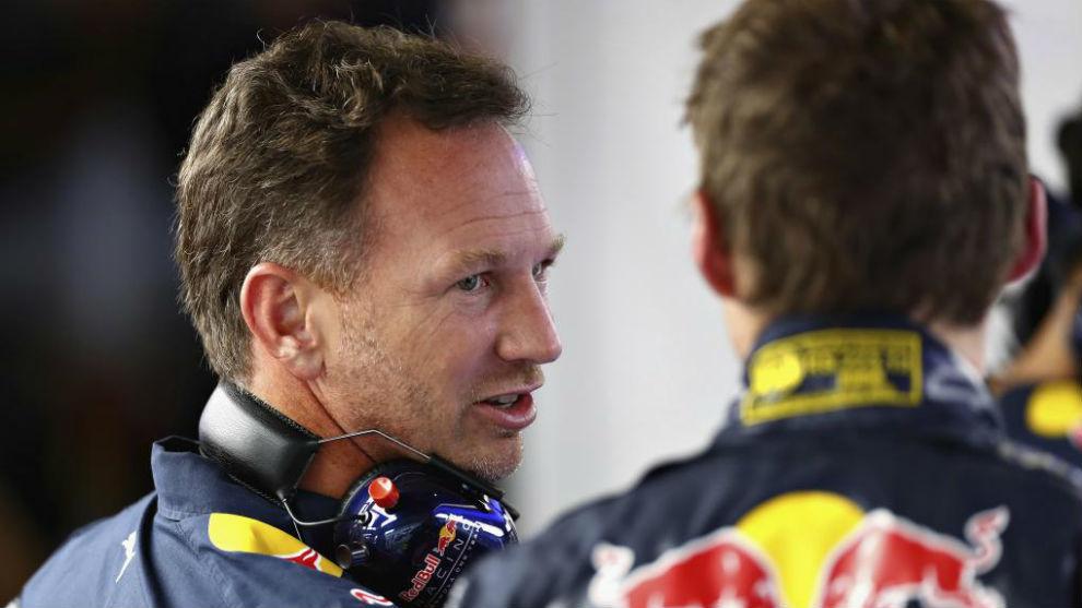 Horner habla con Verstappen, durante una prueba de esta temporada.