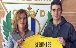 Serantes posa con la camiseta junto a la presidenta del club, María...