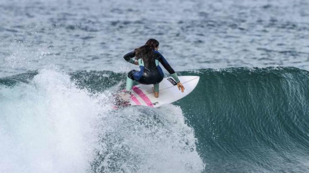 Gisela Pulido surfeando una ola.
