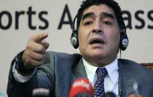 Maradona atiende a los medios de comunicación.