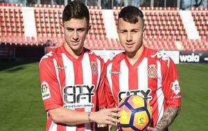 Pablo Maffeo y José Angel Esmorís Tasende posan como nuevos jugdores...