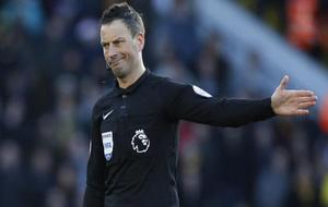 Mark Clattenburg durante un partido de la Premier League