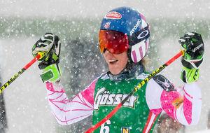 Mikaela Shiffrin sonríe tras saberse ganadora del eslalon gigante de...