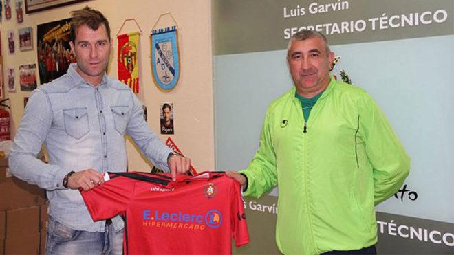Aníbal Zurdo posa con la camiseta del Atlético Pinto.