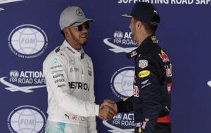 El primero, Lewis Hamilton (GBR) Mercedes AMG F1 y Daniel Ricciardo...