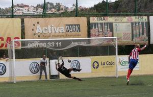 Un jugador del Baza lanza un penalti durante un partido ante el Villa...