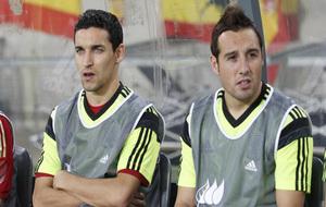 Jesús Navas y Santi Cazorla en el banquillo durante un partido de la...