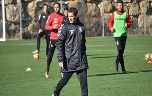 Juan Merino, durante su primer entrenamiento en Tarragona al frente...