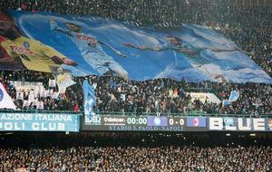Los aficionados del Napoli animan al equipo en su estadio