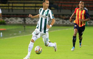 Alejandro Guerra controla el balón durante un partido con el...