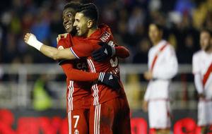 Ángel celebra su gol en Vallecas con Dongou.