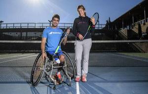 Daniel Carverzaschi y Ana Salas posan para MARCA en las pistas del...
