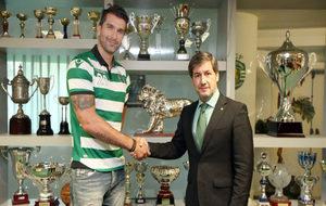 Marco Oneto tras la firma de su contrato con el presidente del...