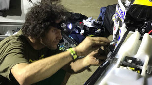 Merino trabaja en los últimos detalles de su moto en el vivac de...
