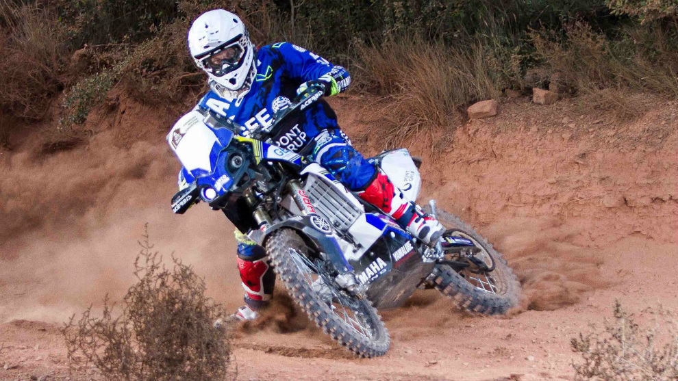 Merino derrapa con su Yamaha WR450F durante un entrenamiento.