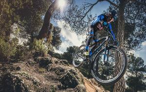 Carlos Coloma, con su nueva bicicleta y el maillot de su equipo.