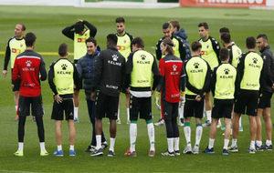 Alberto Toril saluda a los jugadores antes del primer entrenamiento...