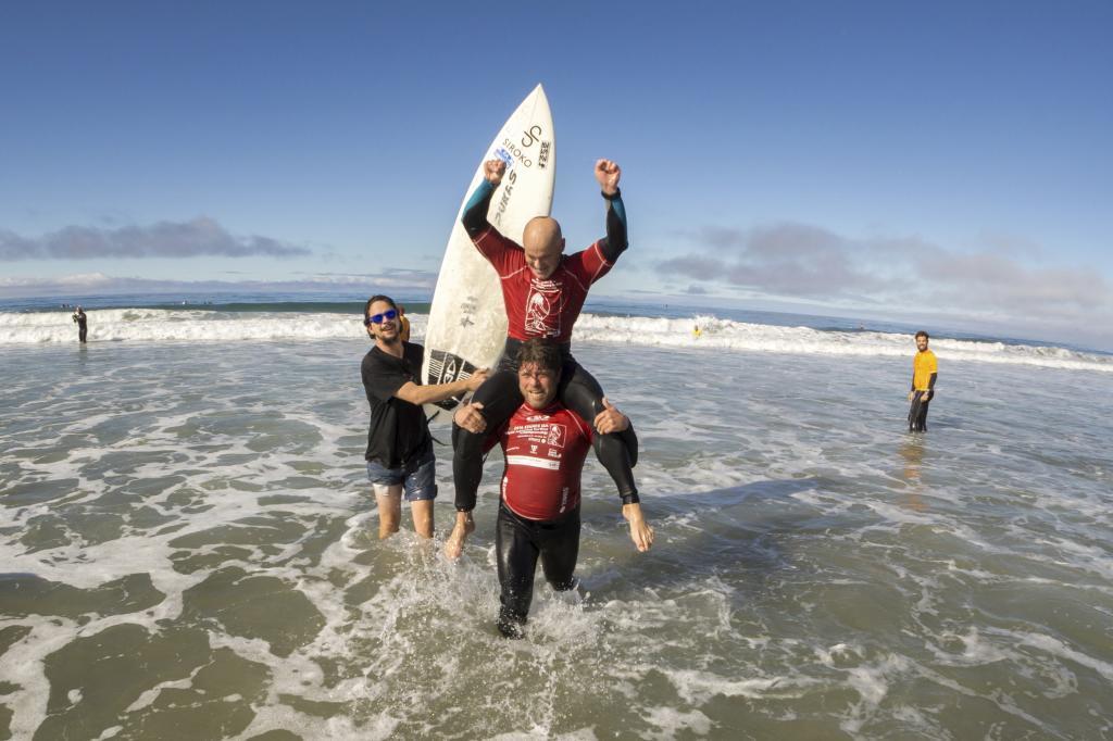 Aitor Francesena celebrando su título de campeón de surf adaptado.
