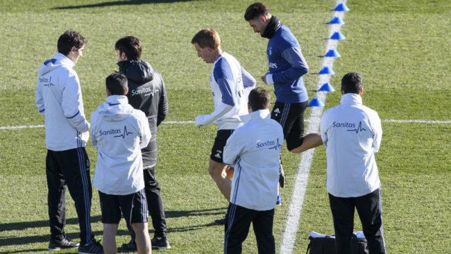 Sergio Ramos pasa delante del cuerpo m�dico del Real Madrid.
