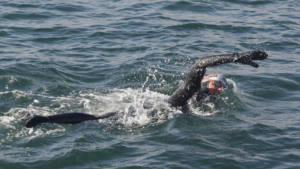 David Meca nadando en uno de sus múltiples retos.