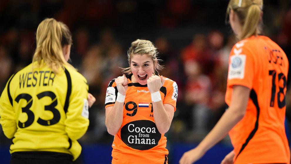 La jugadora holandesa celebrando con sus compañeras de selección una...