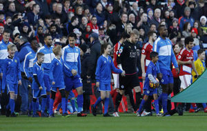 Los jugadores del Leicester saltan al césped para medirse al...
