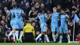 Los jugadores del City celebran el gol de Ag�ero.
