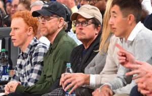 El actor Michael J. Fox, un fiel seguidor de los Knicks, disfrutó a...