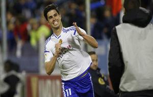 Edu García celebra un gol con la camiseta blanquilla.