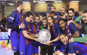 Los jugadores del Barcelona, tras la consecución de la pasada Copa...