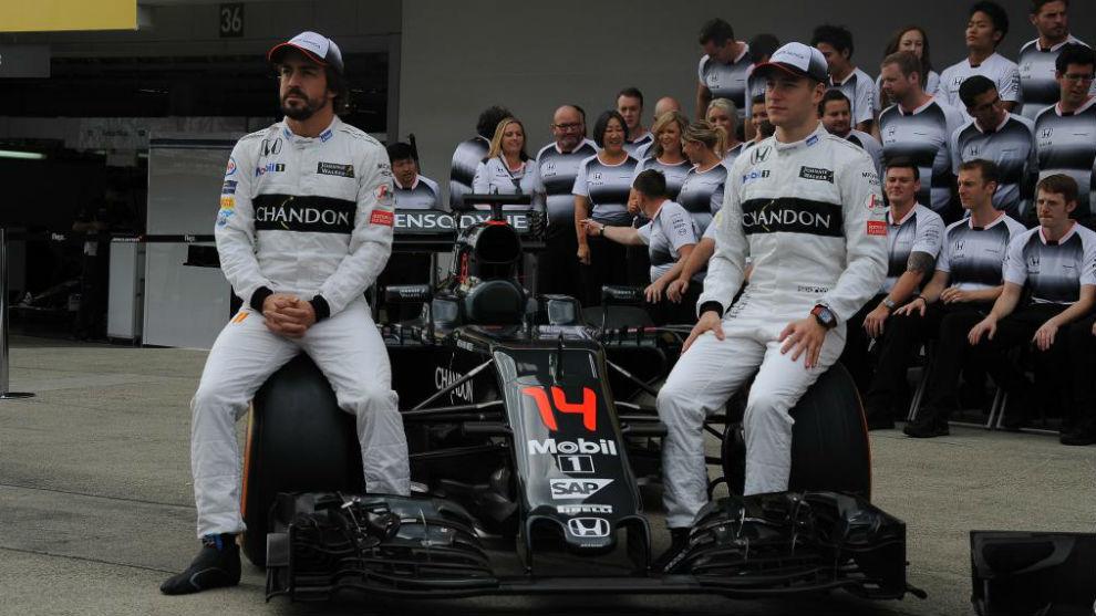 Fernando Alosno junto a Stoffel Vandoorne en la foto de equipo.