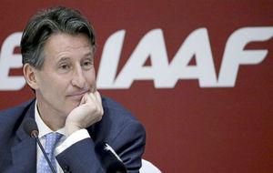 Sebastian Coe, presidente de la IAAF, ante los medios.