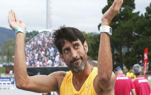 Antonio Reina recibe los aplausos del público el día de su retirada.