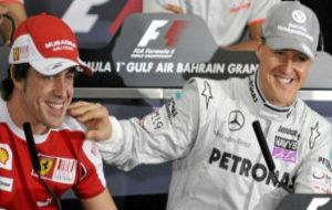 Fernando Alonso con Michael Schumacher en una rueda de prensa