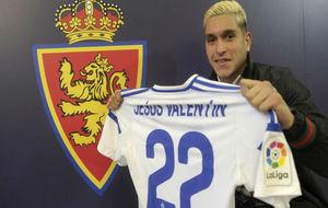 Jesús Valentín posa con su nueva camiseta.
