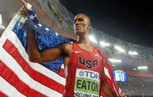 El estadounidense Ashton Eaton celebra el oro en Pekín.