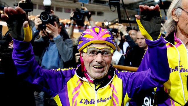 Robert Marchand celebrando su gesta.