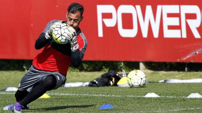 Beto, durante un entrenamiento con el Sevilla