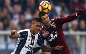 Falque pugna por un balón con Alex Sandro.