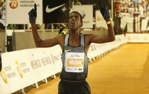El eritreo Amlosom cruza la meta de la San Silvestre Vallecana en...
