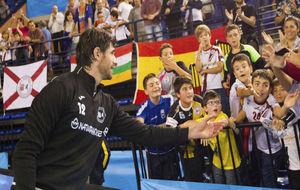 Gurutz Aginagalde, con jóvenes seguidores de su club, el Naturhouse...