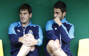 Adrián charla con Iker Casillas en una imagen de archivo.