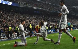 James, Modric y Varane celebran un gol del colombiano ante el Sevilla.