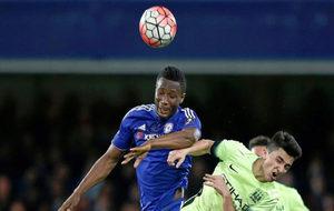 Obi Mikel, en un duelo con el Chelsea
