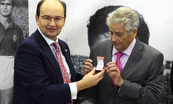 Pepe Castro junto a Romaní en el acto de entrega de la insigna de oro...